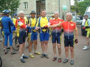 Les présidents du cyclo C-G Bazouges avec le président de Cahors